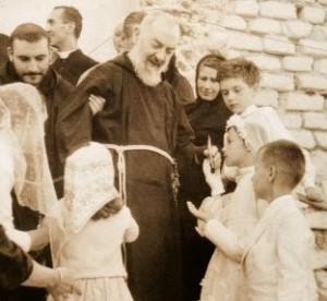 Padre Pio con niños