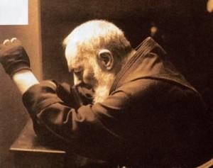 Padre Pio -orando-