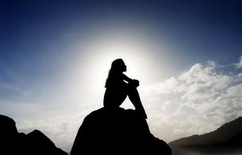 Resultado de imagen para Una mujer contemplando el cielo en profunda meditación