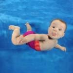 Bebé en el agua (ft img)