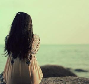 Mujer mirando el horizonte (ft img)