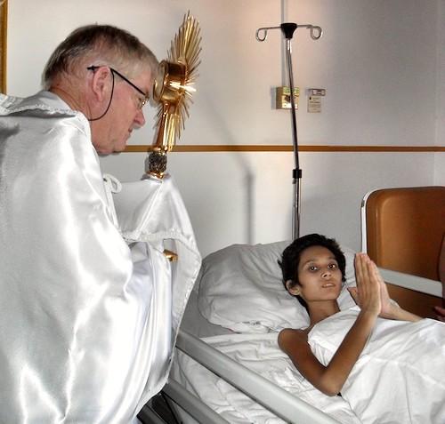 Padre Aldo Trento visita enfermo
